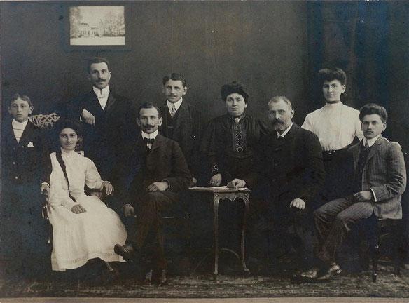Von links nach rechts: Josef, Emma, Louis, Isaak, Moritz, Jettchen, Meier, Johanna und Willy
