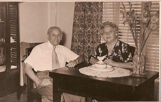 Willy Kamm und Thekla Kamm, geb. Sichel in ihrer Wohnung in Tel-Aviv