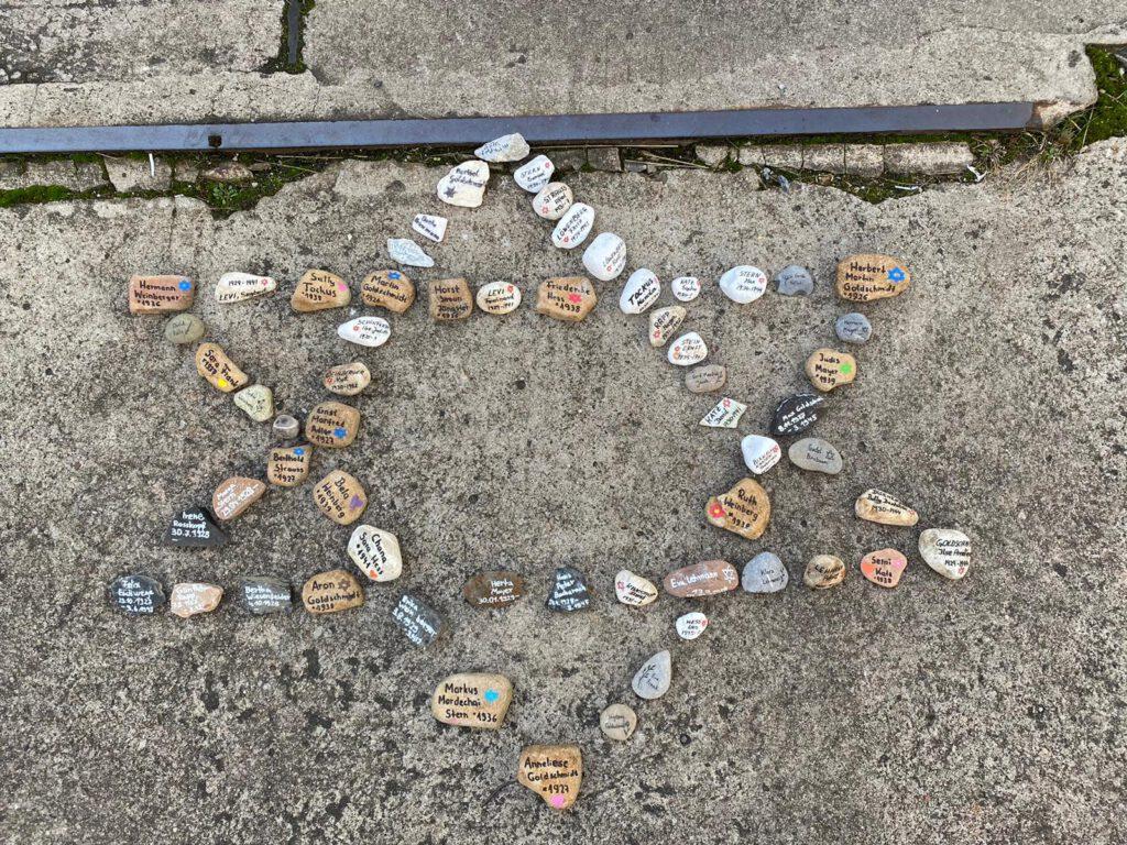 Schüler reinigen Gedenkplatz der alten Synagoge und legen Steine nieder