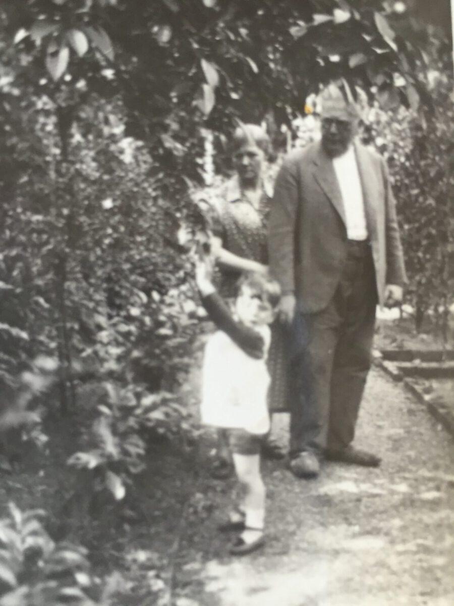 Chaim Yaron Philipp mit seinen Großeltern Lina und Adolf Löbenberg