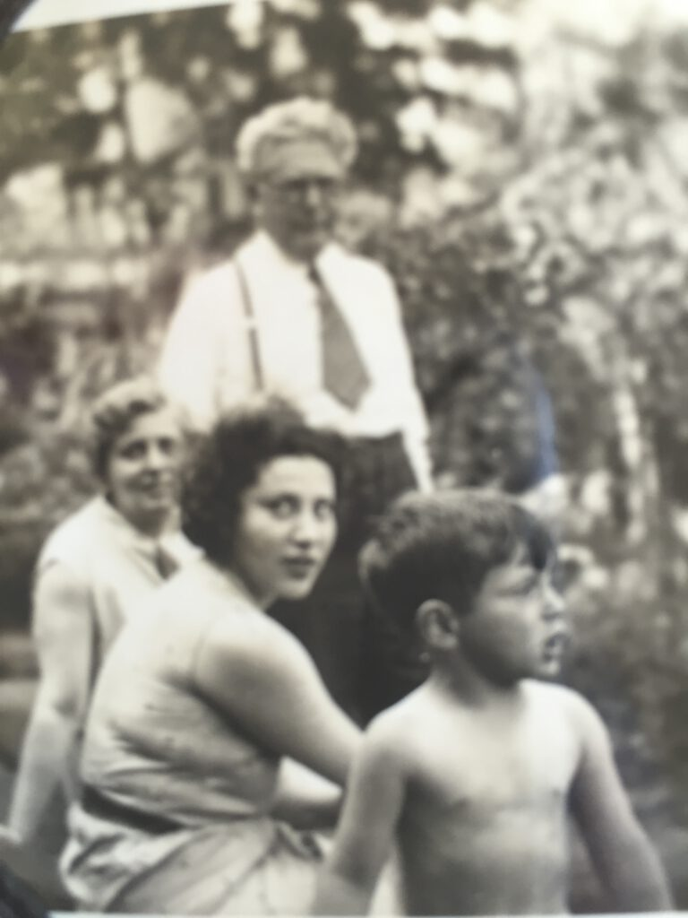 Lina und Adolf Löbenberg und Alice Lisl mit Chaim Yaron