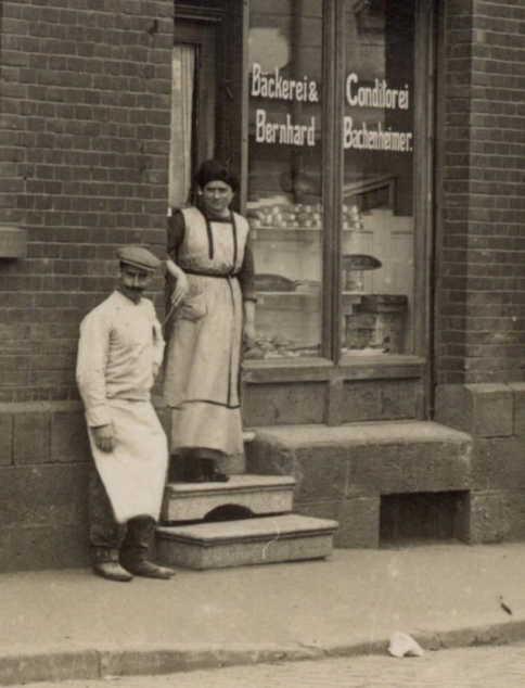 Bernhard und Mathilde vor ihrer Bäckerei in der Petersberger Str. 4 (heute Vor dem Peterstor 4) in Fulda.