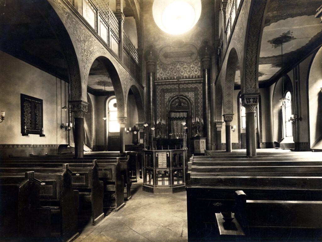 Innenaufnahme mit Blick zum Toraschrein; links an der Nordwand ist die 1926 eingeweihte Marmortafel für die 18 Gefallenen der jüdischen Gemeinde zu sehen; Quelle Stadtarchiv Fulda, BA 16103
