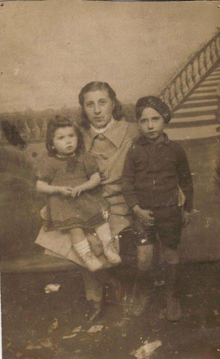 Erna Leistner, geb. Herbstmann mit ihren Kindern Roseline und Sami bevor - wie wir vermuten - sie sie bei der Children's Aid society ließ