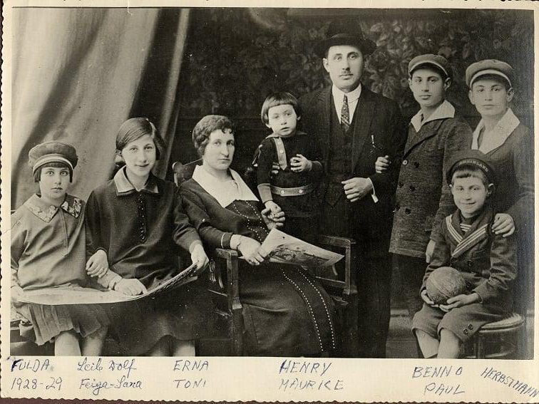 Familie Herbstmann ca. 1925, aufgenommen zuhause in der Kanalstraße: Toni, Erna, Feiga, Paul, Leib Wolf, Henri, Maurice, and Benno (sitzend), v. l. nach r.