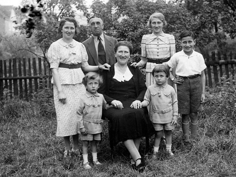 Sally Löwenberg (links hinten) mit seiner Familie | Sally Loewenberg (left back) with his family
